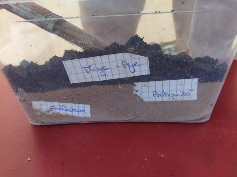 Jeu de l'archéologue : les objets trouvés : Alternance couches de terre et sable