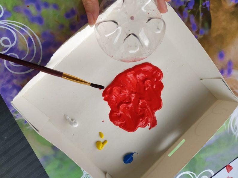 Une fois le culot de ta bouteille découpée prends de la peinture