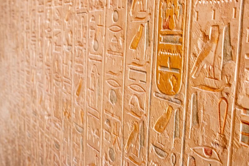Nombreux hiéroglyphes
