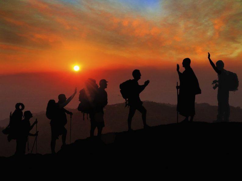 Rencontre au sommet de la montagne au soleil couchant